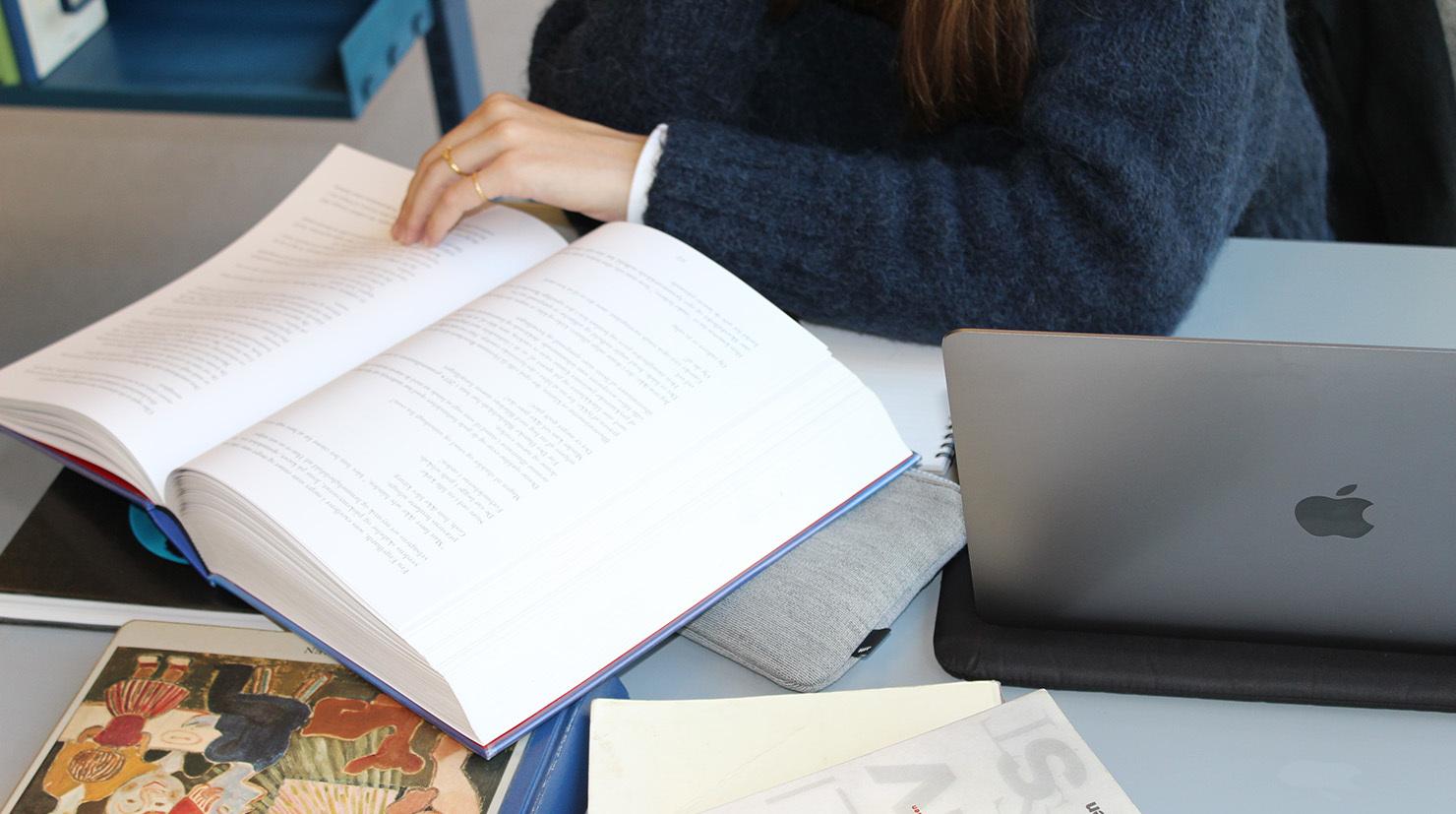Skriver du opgave? Så er der masser af hjælp af ente på biblioteket