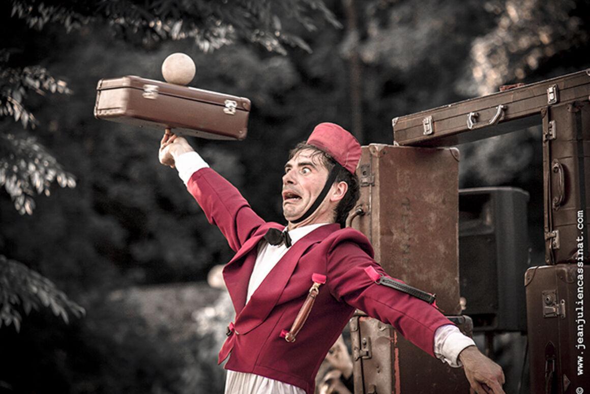 Bornholms Internationale Gadeteater Festival: Luigi Ciotta fra Italien opfører 'Tutti in Valigia'